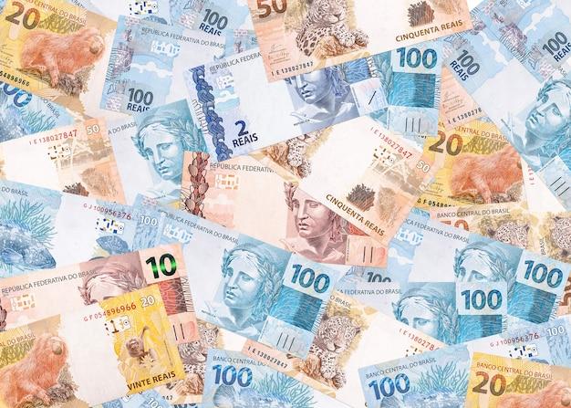 Várias notas de dinheiro do brasil, notas reais em textura e superfície