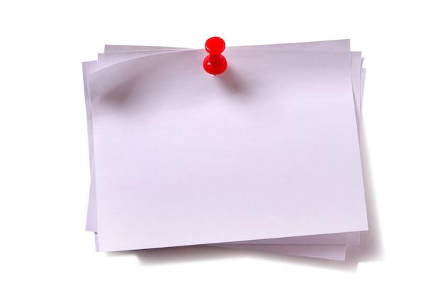 Várias notas de post-it pegajosas brancas com alfinete vermelho
