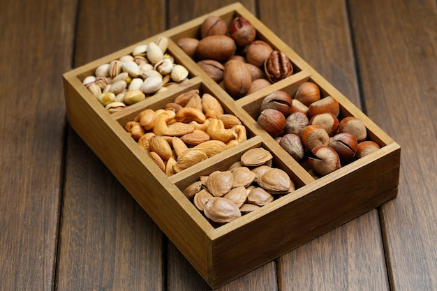 Várias nozes na caixa de madeira