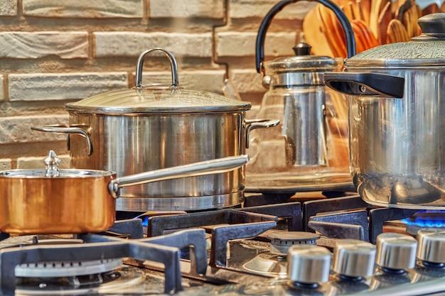 Várias panelas de comida para cozinhar no fogão a gás em casa na cozinha. conceito de comida caseira