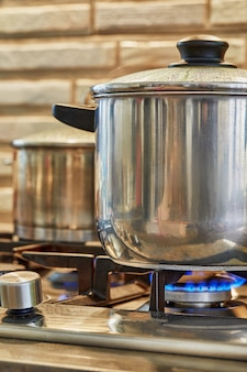 Várias panelas de comida para cozinhar no fogão a gás em casa na cozinha. conceito de comida caseira.