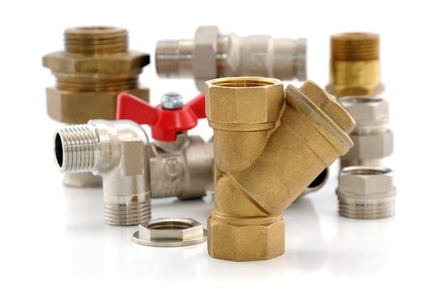 Várias peças de metal para encanamento e louças sanitárias