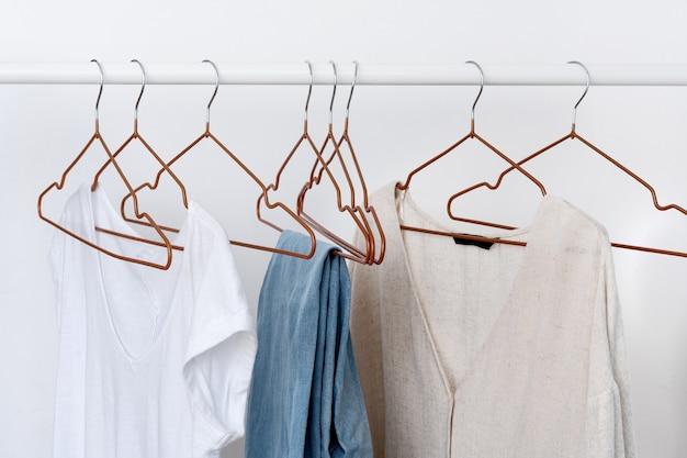 Várias peças de roupa feminina no cabide aberto