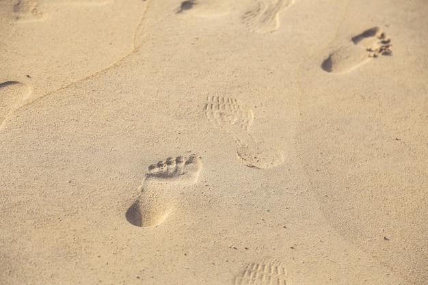 Várias pegadas na areia