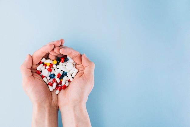 Várias pílulas na mão