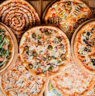 Várias pizzas na vista superior da mesa