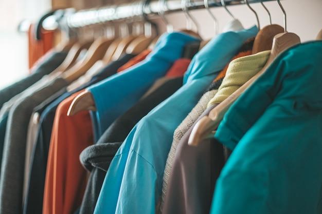 Várias roupas no suporte nos cabides do guarda-roupa