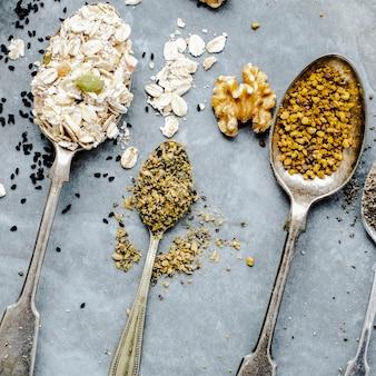 Várias sementes em uma colher