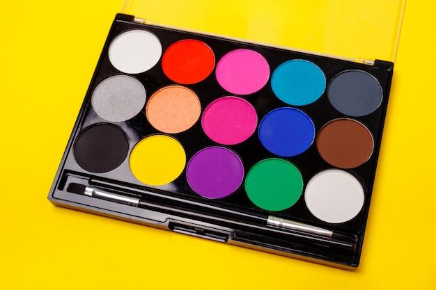 Várias sombras para os olhos brilhantes coloridas. conjunto de paleta de maquiagem