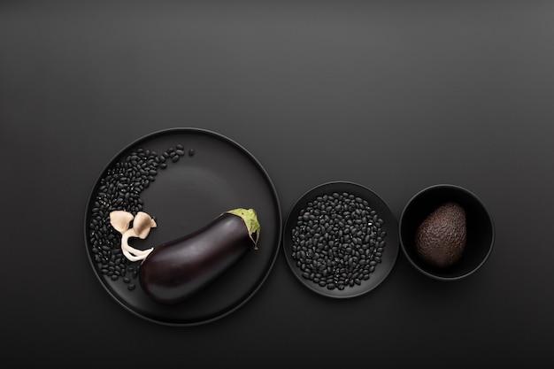 Várias tigelas com berinjela e abacate