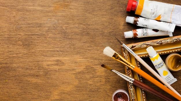 Várias tintas e pincéis copiam o espaço
