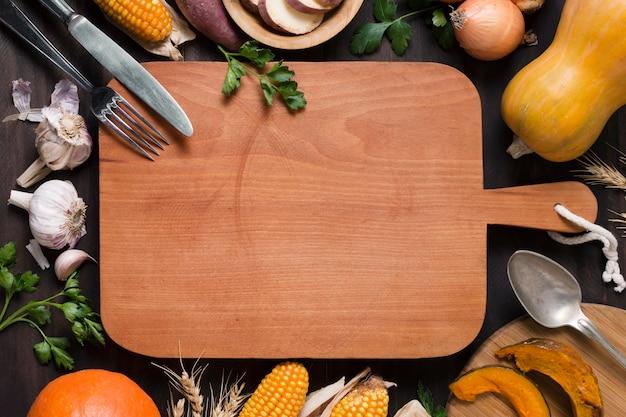 Variedade alimentar com tábua de madeira