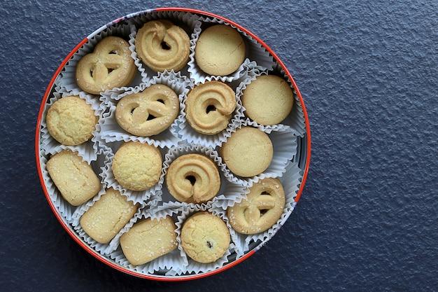 Variedade biscoitos de manteiga de natal biscoito em fundo preto de pedra