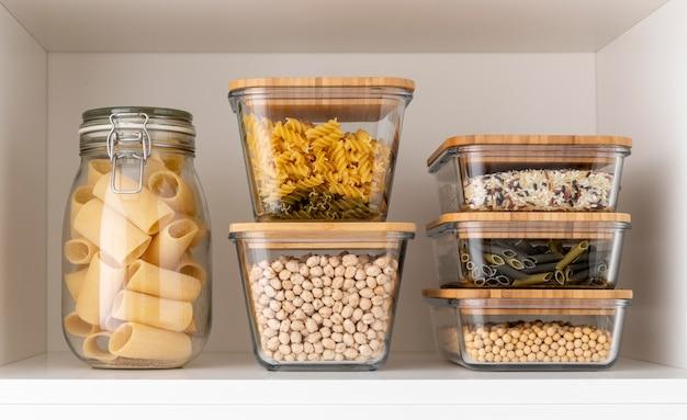 Variedade com alimentos em recipientes