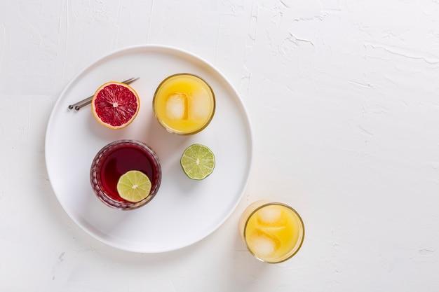 Variedade com bebidas saborosas e laranja vermelha