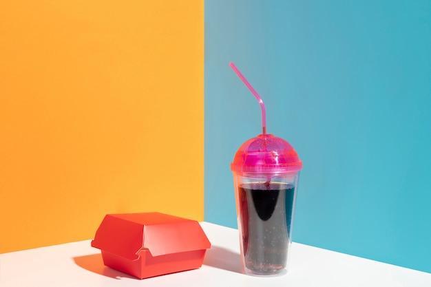 Variedade com caixa vermelha e copo de suco