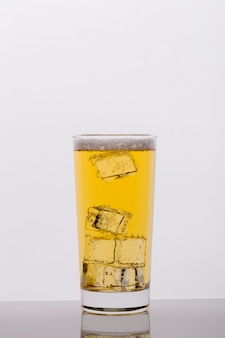 Variedade com copo de bebida e cubos de gelo