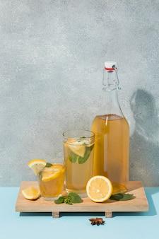 Variedade com deliciosa bebida kombuchá