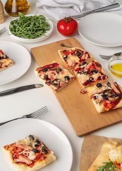 Variedade com deliciosa pizza tradicional