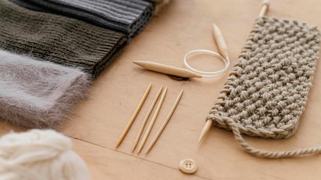 Variedade com ferramentas de tricô de alto ângulo
