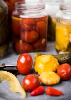 Variedade com legumes em conserva