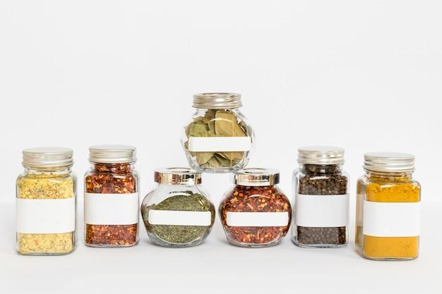 Variedade com potes de especiarias rotulados