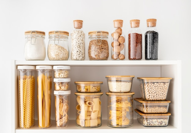 Variedade com recipientes para alimentos nas prateleiras