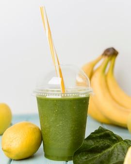 Variedade com smoothie de banana e espinafre