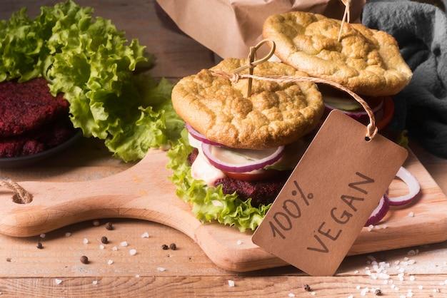 Variedade criativa de alto ângulo com menu de hambúrguer