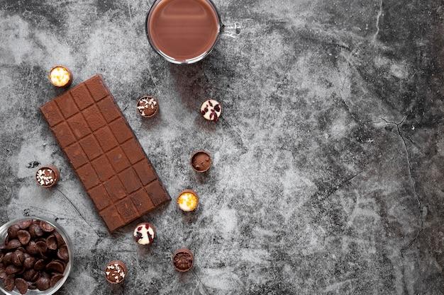 Variedade criativa de deliciosos produtos de chocolate com espaço de cópia