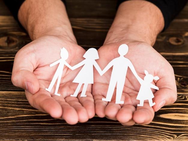 Variedade criativa para o conceito de família em fundo de madeira