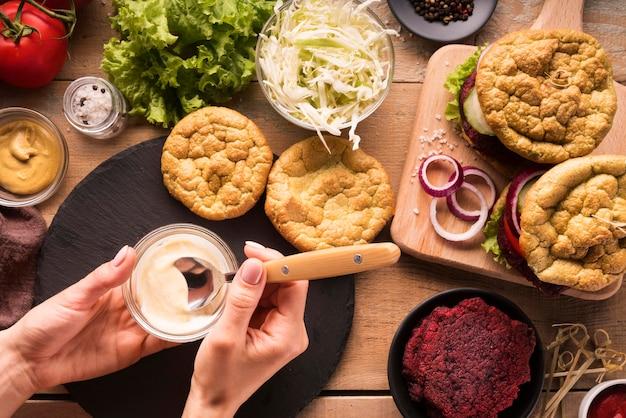Variedade criativa plana leiga com menu de hambúrguer