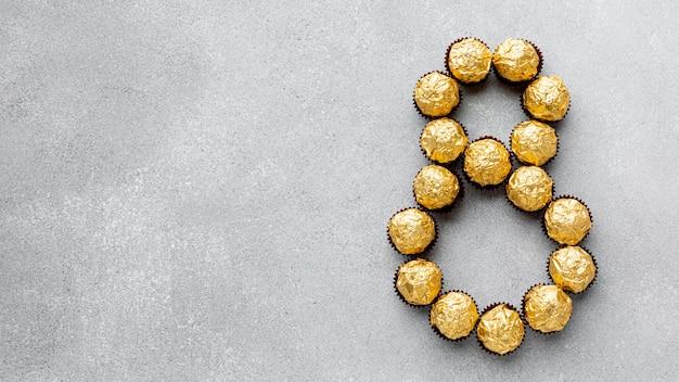 Variedade de 8 de março com bombons de chocolate e espaço para texto