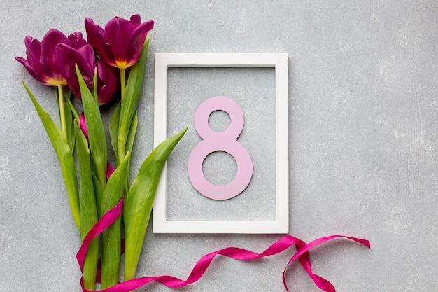Variedade de 8 de março com moldura vazia e flores