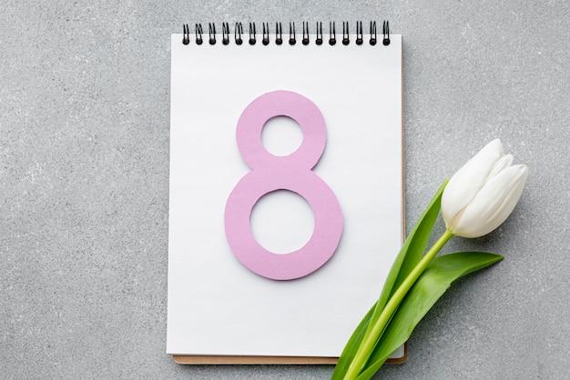 Variedade de 8 de março no bloco de notas vazio