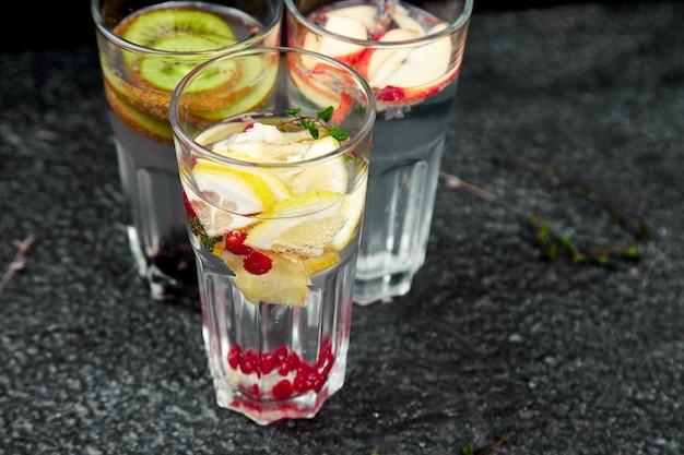 Variedade de água com infusão de desintoxicação. dieta. bebida saudável.