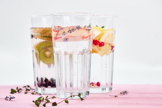 Variedade de água infundida detox. dieta. bebida saudável.