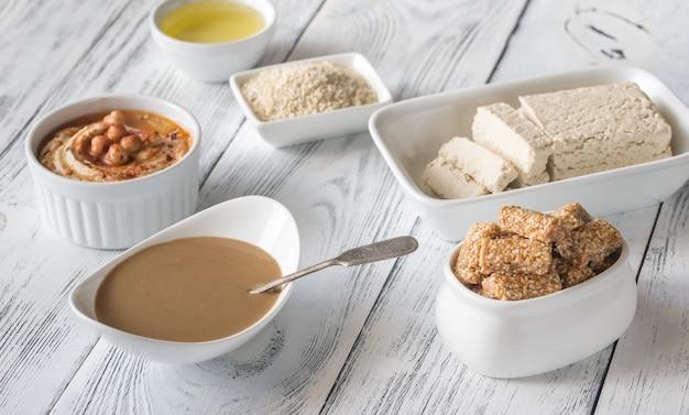 Variedade de alimentos com sementes de gergelim