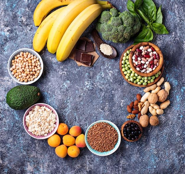 Variedade de alimentos contendo magnésio