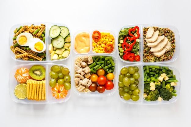 Variedade de alimentos cozidos em lote