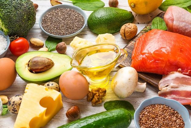Variedade de alimentos saudáveis, dieta baixa em ceto-cetogênica. rico em gorduras boas, ômega 3 e produtos proteicos