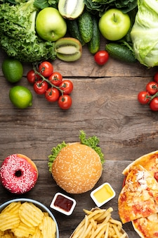 Variedade de alimentos saudáveis e insalubres