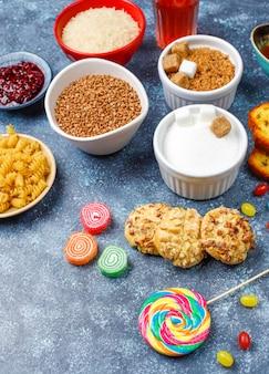 Variedade de alimentos simples de carboidratos.