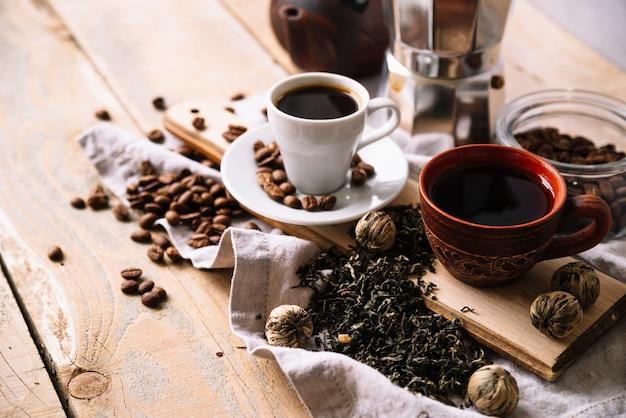 Variedade de alta vista de xícaras de chá e ervas