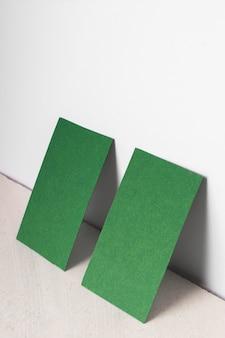 Variedade de alto ângulo com cartões vazios