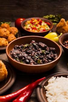Variedade de alto ângulo com deliciosa comida brasileira