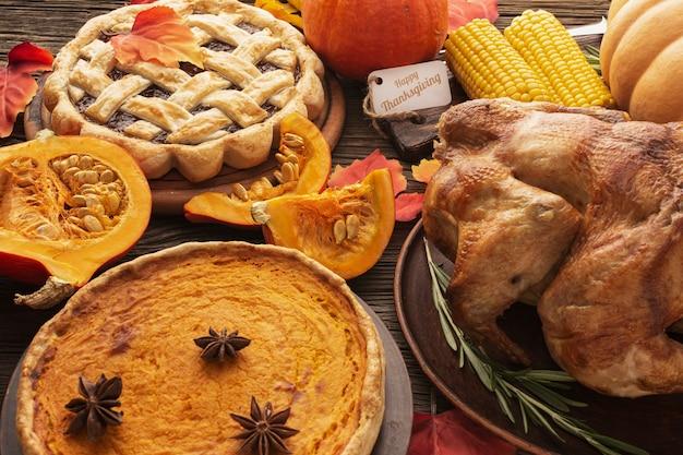 Variedade de alto ângulo com deliciosa comida de ação de graças