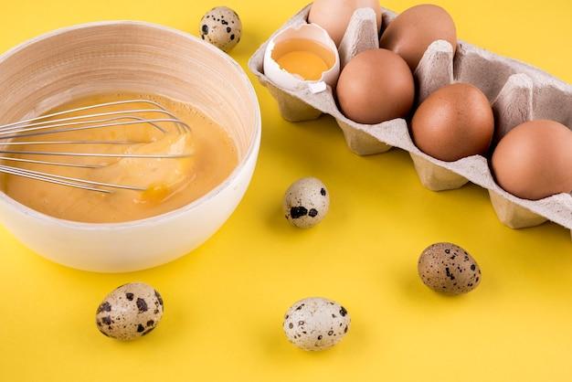 Variedade de alto ângulo com ovos