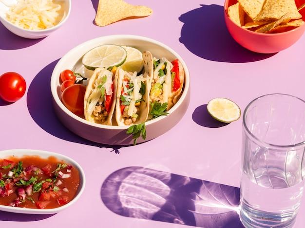 Variedade de alto ângulo com tacos e tortilla chips