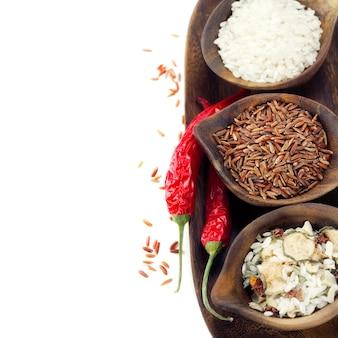 Variedade de arrozes em bacias de madeira